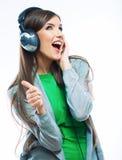 有耳机听的音乐的年轻行动妇女 音乐teena 免版税库存照片