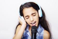 有耳机和话筒的美国黑人的小女孩 免版税库存照片