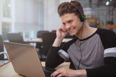 有耳机工作的友好的用户支持操作员在电话中心 图库摄影