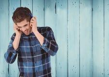 有耳机的人反对木盘区 免版税图库摄影