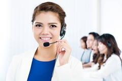 有耳机的作为操作员,顾客服务,电话推销员概念微笑的亚裔妇女 库存照片