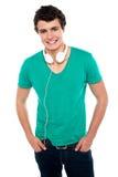 有耳机的冷静时髦少年男孩 免版税图库摄影