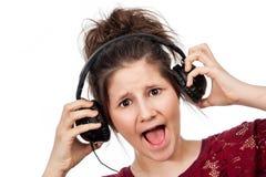 有耳机的十几岁的女孩。 免版税库存照片