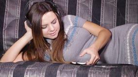 有耳机的女孩在沙发 股票录像