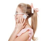 有耳机的女孩在白色背景 查出 免版税库存图片