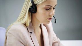有耳机的女实业家谈话在办公室 股票视频