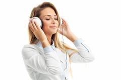 有耳机的妇女听到音乐的-被隔绝 免版税库存图片