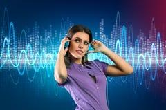 有耳机的妇女听到音乐的 库存图片