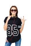 有耳机的妇女DJ在牛仔裤和黑衬衣 深色微笑 美丽的方式女孩 演播室背景 库存照片