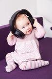 有耳机的孩子 免版税库存图片
