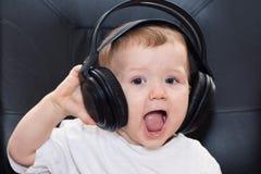 有耳机的小男孩 免版税图库摄影