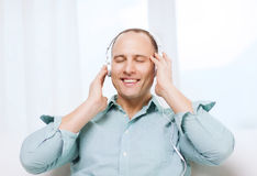 有耳机的微笑的人听到音乐的 免版税库存照片