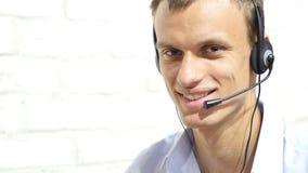 有耳机的微笑的男性用户支持操作员 库存照片