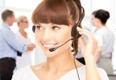 有耳机的热线服务电话操作员在电话中心 库存图片