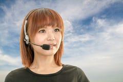 有耳机的电话中心操作员和蓝天和云彩 免版税库存图片