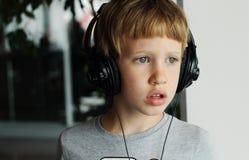 有耳机的男孩 免版税图库摄影