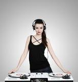 有耳机和转盘的美丽的深色的妇女 免版税库存照片