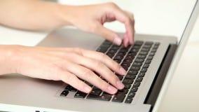 有耳机的美丽的年轻白肤金发的telesales妇女在计算机上谈话与在电话的顾客 影视素材
