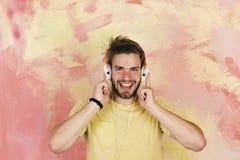 有耳机的美国英俊的有胡子的人 音乐生活方式 免版税图库摄影