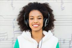 有耳机的美国黑人 免版税库存图片