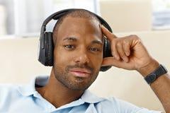 有耳机的英俊的人 免版税图库摄影