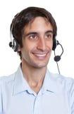 有耳机的西班牙操作员讲话与客户 库存图片
