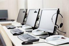 有耳机的计算机在书桌上 免版税库存照片