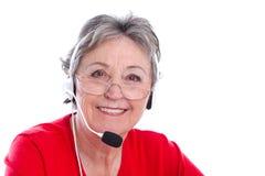 有耳机的资深妇女-在白色backgr隔绝的老妇人 免版税图库摄影