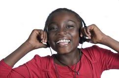 有耳机的非洲女孩听到音乐的 免版税图库摄影
