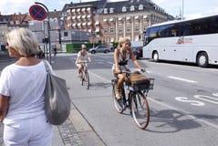 有耳机的骑自行车的人 库存照片