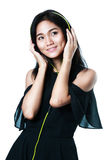 有耳机的年轻亚裔妇女 免版税图库摄影