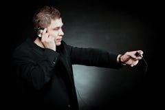 有耳机的年轻人使用mp3音乐播放器 免版税图库摄影