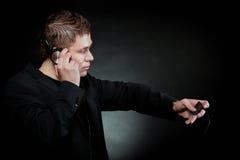 有耳机的年轻人使用mp3音乐播放器 库存图片