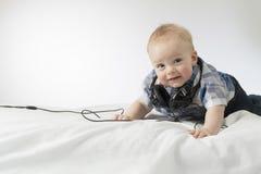 有耳机的婴儿孩子 免版税库存照片