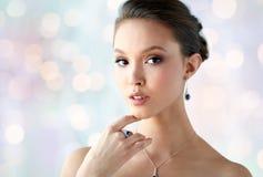 有耳环、圆环和垂饰的美丽的妇女 库存图片