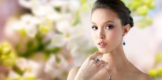有耳环、圆环和垂饰的美丽的妇女 免版税图库摄影