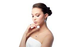 有耳环、圆环和垂饰的美丽的妇女 免版税库存照片
