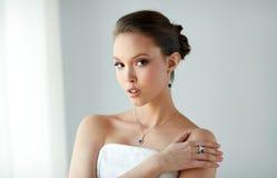 有耳环、圆环和垂饰的美丽的妇女 库存照片