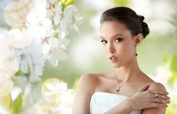 有耳环、圆环和垂饰的美丽的妇女 免版税库存图片