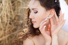 有耳环的新娘 库存图片