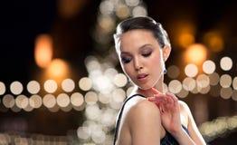 有耳环的美丽的亚裔妇女在圣诞节 库存照片