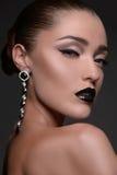 有耳环的美丽的妇女。美好的时尚mod画象  免版税库存照片