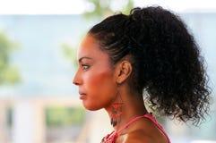 有耳环的黑人妇女。 蓬松卷发发型 免版税库存图片