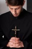 有耶稣受难象的修士 免版税图库摄影
