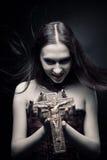 有耶稣受难象的吸血鬼 库存照片