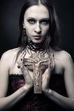 有耶稣受难象的哥特式女孩 免版税库存图片