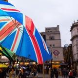有联盟标志的伞在一个正方形前面在伦敦,英国 库存图片