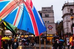 有联盟标志的伞在一个正方形前面在伦敦,英国 免版税库存图片