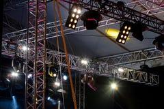 有聚光灯的照明设备在露天舞台屋顶下  免版税库存照片