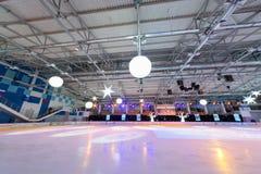有聚光灯的空的冰体育场 免版税图库摄影